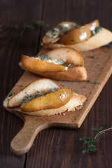 Crostini with blue cheese, fresh pear and thyme