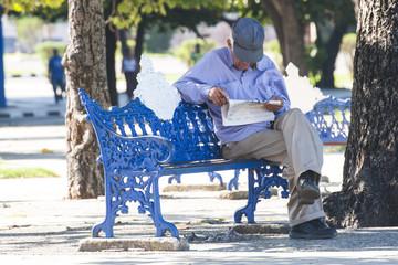 abuelo leyendo