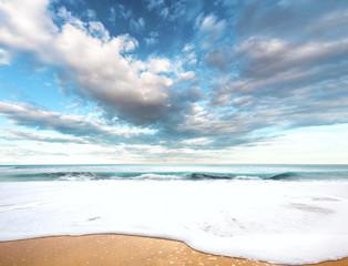 paisaje idilico de playa y mar.