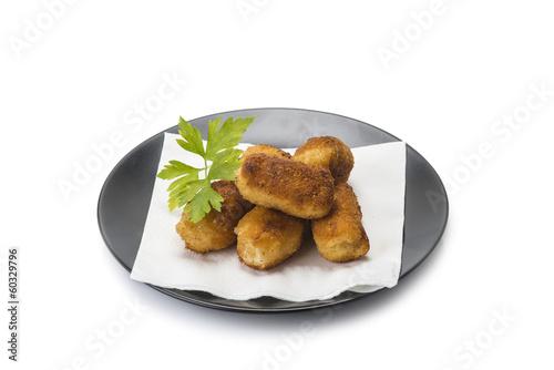 Plato de croquetas caseras de jamón aislado sobre fondo blanco.