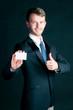 Manager überreicht Visitenkarte
