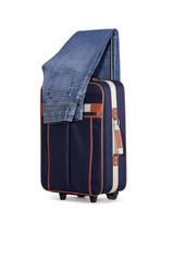 Reise Koffer mit Jeans auf weiß