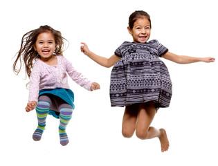 enfant saute de joie