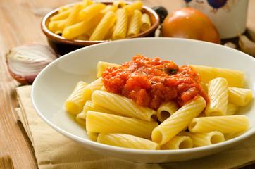 Tortiglioni al sugo, cucina italiana