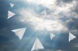 紙飛行機と空と光芒
