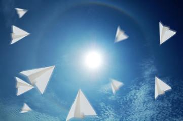紙飛行機と青空と太陽と虹