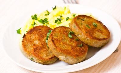 fishcakes with mashed potatoes