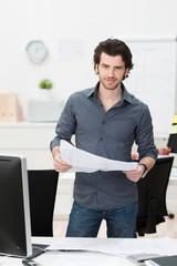 mann mit bauplan im büro