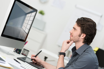 grafiker arbeitet am computer