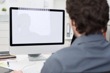 geschäftsmann schaut auf computer