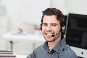 lächelnder kundenbetreuer am arbeitsplatz