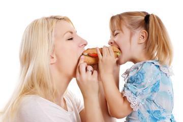 Mutter und ihr Kind teilen sich ein Brötchen