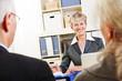 Berater macht Senioren einen Vorschlag