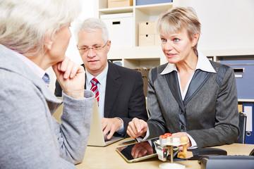 Geschäftsleute beraten Kunden im Büro