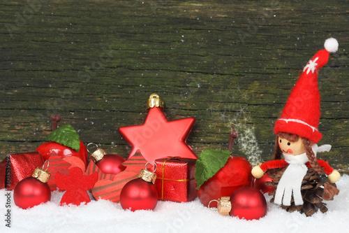 Weihnachtsdekoration vor Holz