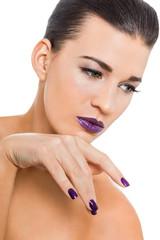 schöne junge frau mit lila nägel und lippenstift portrait