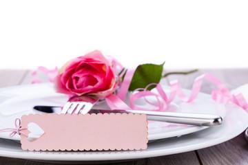 romantische helle tischdekoration gedeckter tisch mit karte
