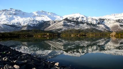 karlı dağların suya yansıması