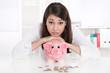 Frau mit Schulden - Sparschwein und Geld Konzept