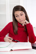Frau lernt und hat Stress im Studium - Konzentrationsschwäche
