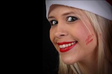 Frau mit Lippenstift und Kuss auf der Wange