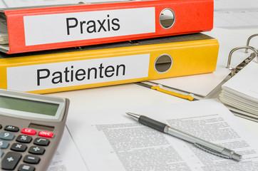 Aktenordner mit der Beschriftung Praxis und Patienten