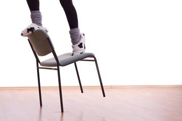 zwei Füße auf einem Stuhl