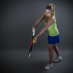 Tennis-Spielerin in Aufschlagposition