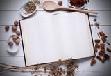 ricettario bianco sul tavolo con ingredienti intorno