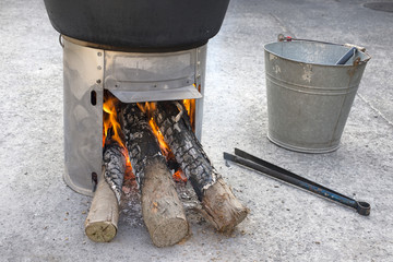 火の点いた簡易かまどの薪