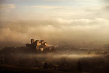 castello tra la nebbia e le nuvole