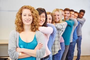 Glückliche Studenten stehen hintereinander