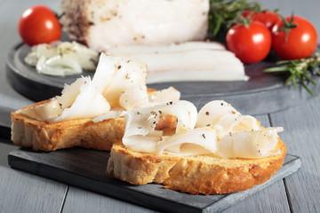 lardo salato su fette di pane