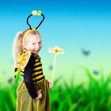 junges Mädchen als Biene verkleidet