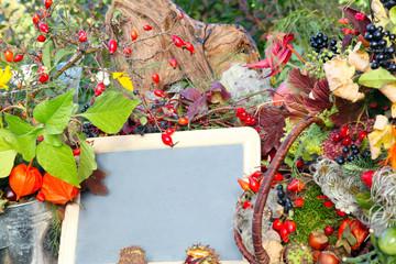 Bunte Herbstdekoration mit Tafel
