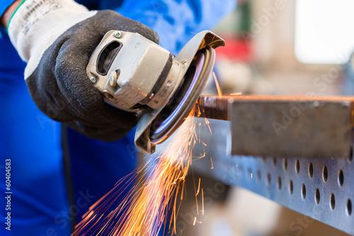 Handwerker sägt mit Trennschleifer Flex - 60404583