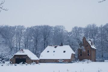 Kasteeltje en boerderij in de sneeuw