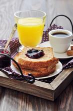 Petit-déjeuner avec du pain grillé