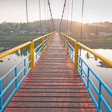 Le pont de corde diriger vers un autre côté le matin.