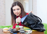 woman can not finding anything in her purse