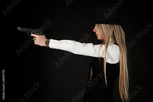 donna con pistola