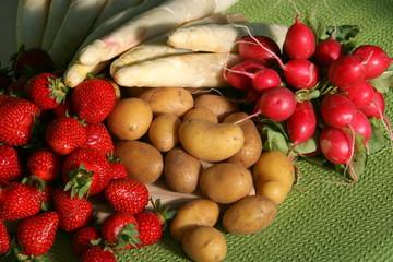 Spargel, Erdbeeren, Kartoffeln und Radieschen