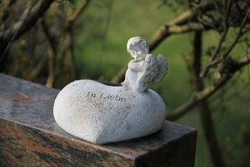 Herz mit Engel auf Grabstein
