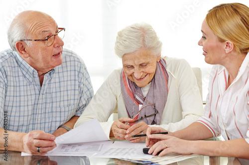 Senioren reden mit Steuerberater