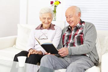 Paar Senioren lesen ein Buch
