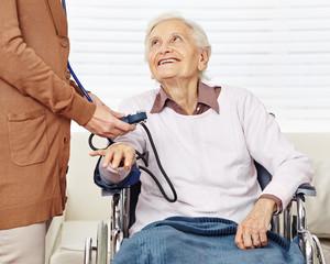 Blutdruck messen bei Senioren im Pflegeheim