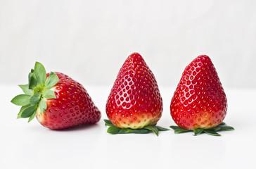 Tres fresas colocadas en linea