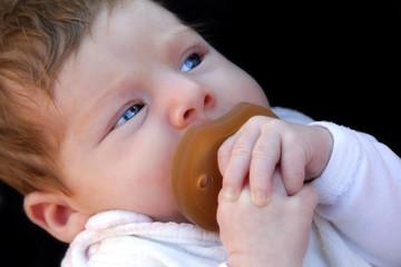 Säugling mit Latexschnuller