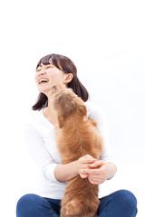 犬と遊ぶ女の子