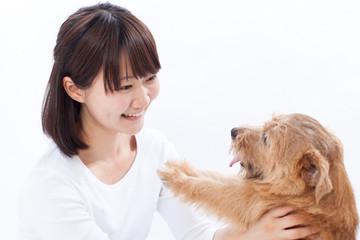 犬を抱く女の子